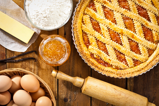 Quince「Homemade italian crostata with ingredients shot directly above」:スマホ壁紙(10)