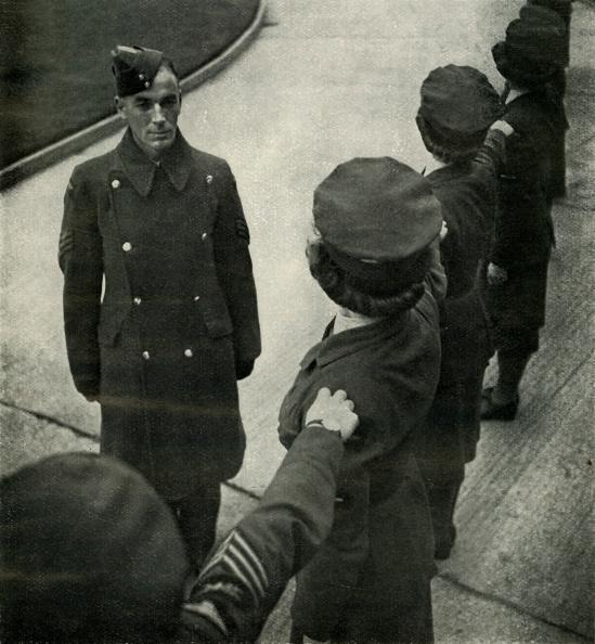 WAAF「RAF Sergeant Drills Airwomen」:写真・画像(3)[壁紙.com]