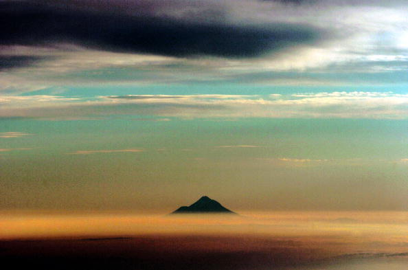 自然・風景「Mt Taranaki Pokes Its Top Through A Layer Of Cloud」:写真・画像(3)[壁紙.com]