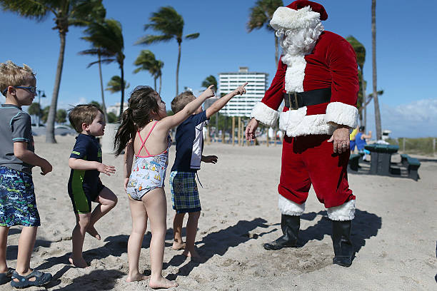 Santa Passes Out Presents On The Beach In Fort Lauderdale, Florida:ニュース(壁紙.com)