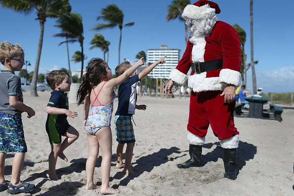 Santa Claus「Santa Passes Out Presents On The Beach In Fort Lauderdale, Florida」:写真・画像(15)[壁紙.com]