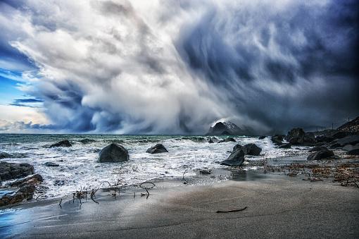 ノルウェー「Blizzard approaching the beach, Myrland, Flakstad, Lofoten, Nordland, Norway」:スマホ壁紙(5)