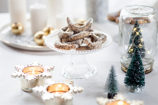 Biscuit「Poppy seed cookies on glass cake stand at Christmas time」:スマホ壁紙(15)