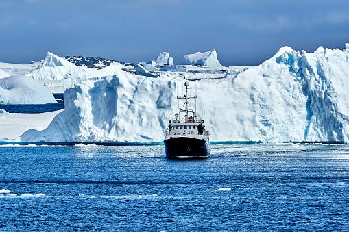 Pack Ice「Pleasure Boat Sailing at Paradise Bay, Antarctica」:スマホ壁紙(4)