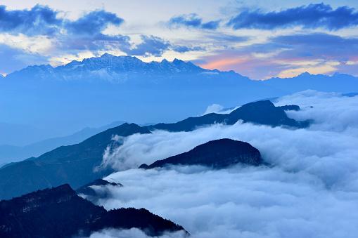 White Color「夜明け (牛バック山) に雪を頂いた山」:スマホ壁紙(2)
