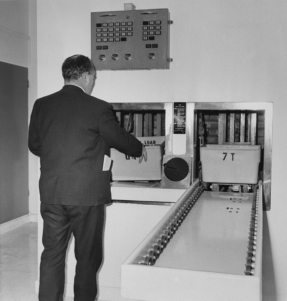 膝から上の構図「Scotland Yard Conveyor System」:写真・画像(7)[壁紙.com]