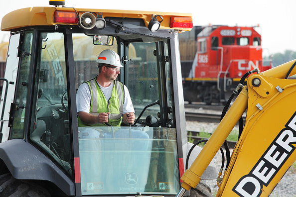 Mid Adult「Man operating earthmover for railway maintenance, Illinois, USA」:写真・画像(4)[壁紙.com]