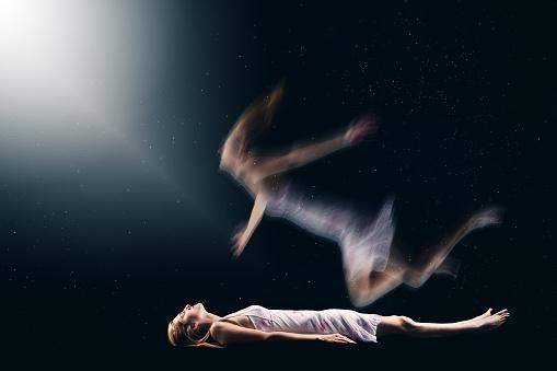 雪「Woman Having Spiritual Out Of Body Experience」:スマホ壁紙(12)