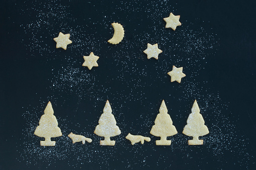 半月「Christmas cookies and iced sugar on baking tray, Christmas time」:スマホ壁紙(11)