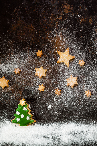 Cookie「Christmas Cookies and icing sugar on baking tray」:スマホ壁紙(0)