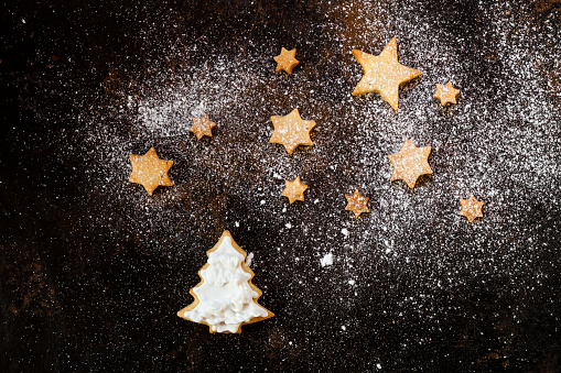 Cookie「Christmas Cookies and icing sugar on baking tray」:スマホ壁紙(3)