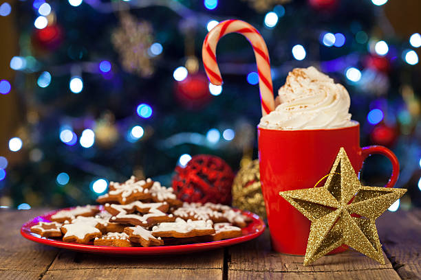 Christmas cappuccino and gingerbread cookies infront Christmas tree:スマホ壁紙(壁紙.com)