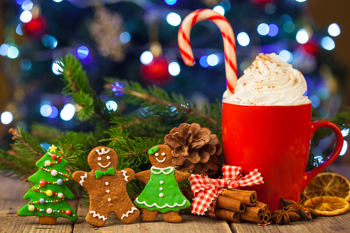Gingerbread Woman「Christmas cappuccino and gingerbread cookies infront Christmas tree」:スマホ壁紙(18)