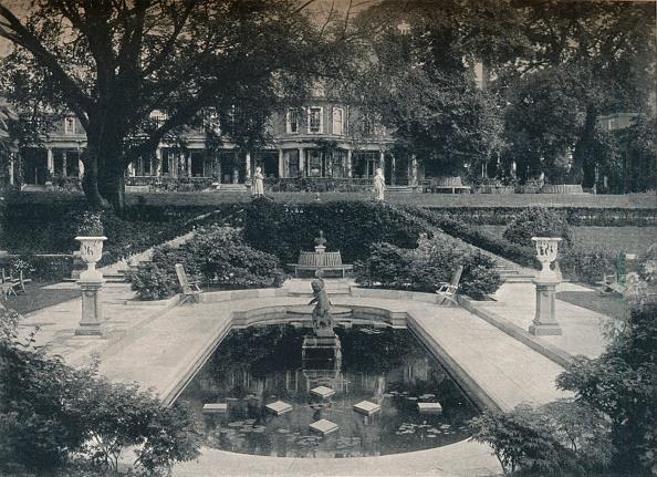 葉・植物「Lily Basin and West Front; The Hill Hampstead Heath c 1900」:写真・画像(9)[壁紙.com]