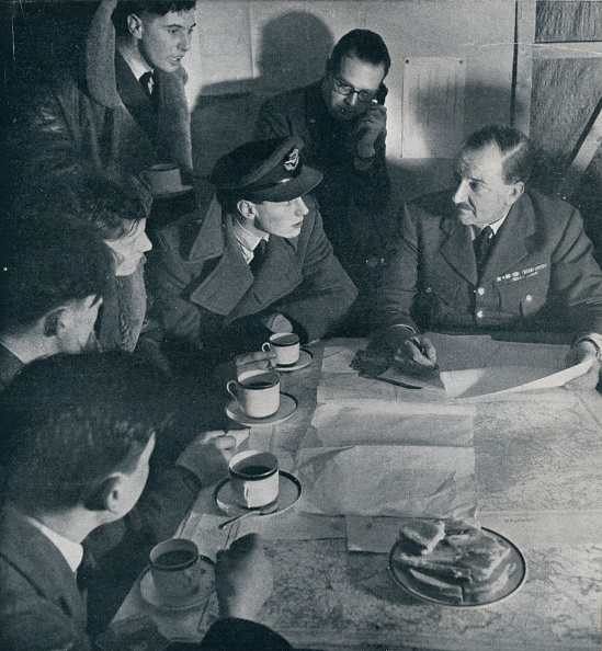 Breakfast「The raid is over but the crews task is not yet finished 1941」:写真・画像(14)[壁紙.com]