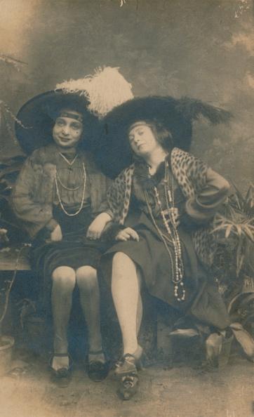Showing Off「A studio photograph of two ladies c 1910」:写真・画像(8)[壁紙.com]