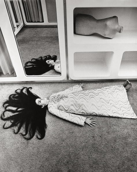 Fashion Model「Fashion picture: Katharina Sarnitz is lying on the floor of the CM Boutique created by the Austrian architect Hans Hollein. Austria. Photograph. 1968.」:写真・画像(9)[壁紙.com]