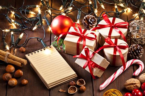 セレクティブフォーカス「空白のメモ帳と心形素朴な木製のテーブルでクリスマス ギフト ボックス」:スマホ壁紙(16)