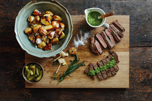 Barbecue Grill「Kansas steak with fresh herb sauce and grilled vegetables」:スマホ壁紙(2)