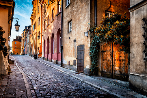 Cobblestone「Autumn view of the birch street in the morning in Warsaw's Old Town, Poland」:スマホ壁紙(3)