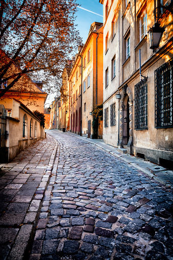 Restoring「Autumn view of the birch street in the morning in Warsaw's Old Town, Poland」:スマホ壁紙(16)