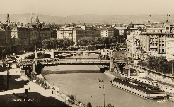 Austria「Overlooking The Danube Canal With The Municipal Strombad」:写真・画像(14)[壁紙.com]