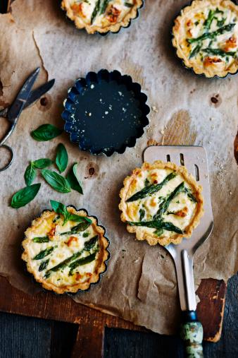 Asparagus「Aspragus and cheese tarts on board」:スマホ壁紙(11)