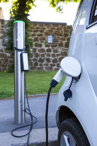 電気自動車「Charging electric car at road parking lot」:スマホ壁紙(10)