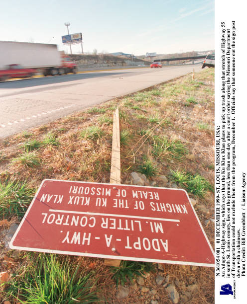 "KKK ""Adopt-A-Highway"" sign vand:ニュース(壁紙.com)"