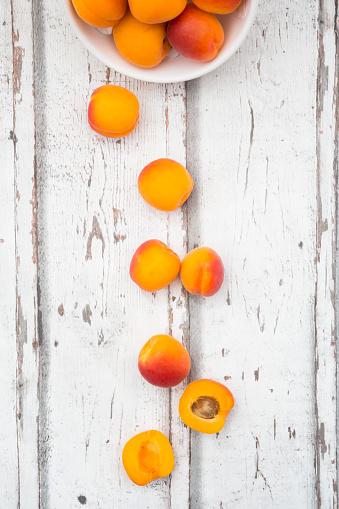 杏「Sliced and whole apricots on wood」:スマホ壁紙(12)