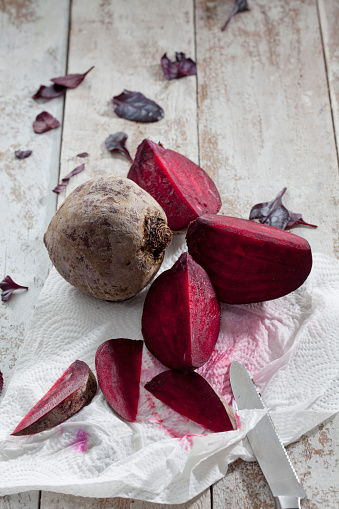Common Beet「Sliced and whole beetroot on kitchen paper」:スマホ壁紙(17)