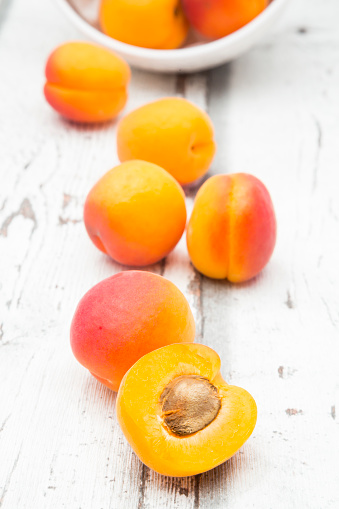 杏「Sliced and whole apricots」:スマホ壁紙(13)