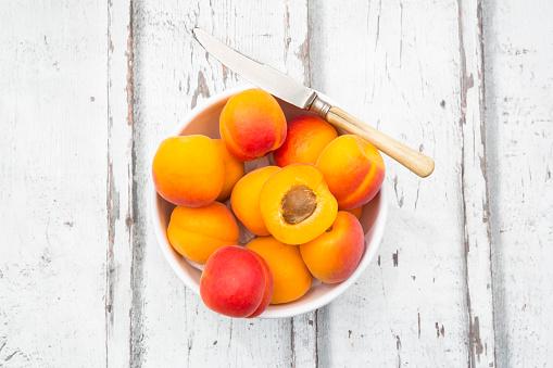 杏「Sliced and whole apricots in a bowl」:スマホ壁紙(14)