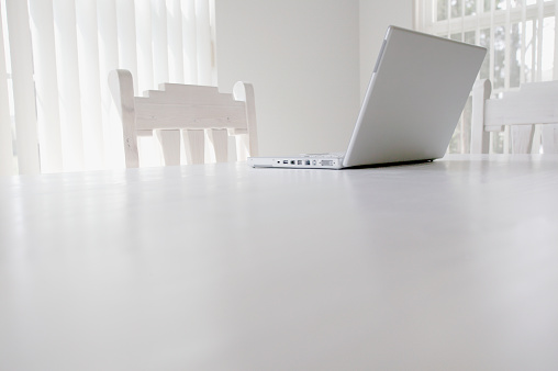 Horizontal「Open Laptop on Table」:スマホ壁紙(12)