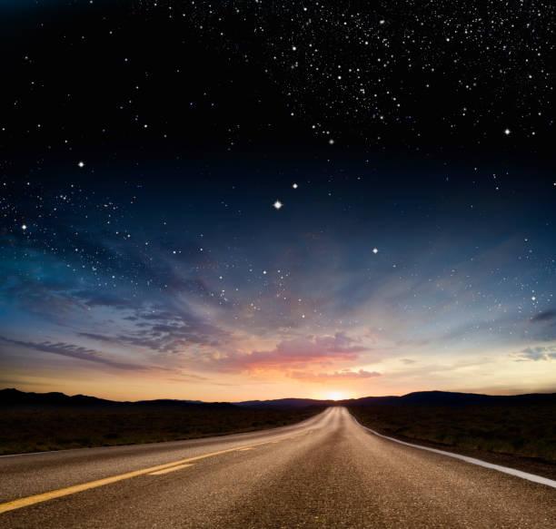 Stars over remote highway:スマホ壁紙(壁紙.com)