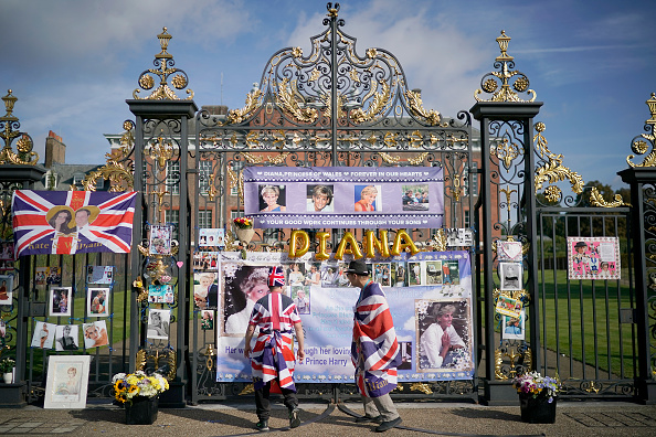 Respect「Princess Diana Is Remembered At  Kensington Palace On The 22nd Anniversary Of Her Death」:写真・画像(2)[壁紙.com]