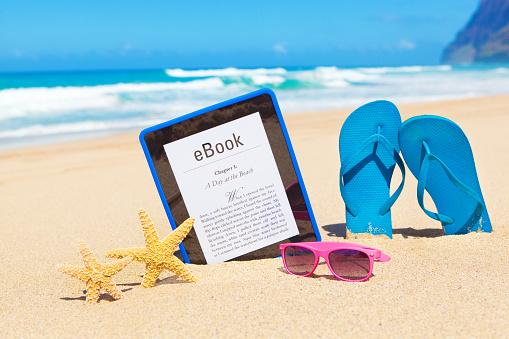 Pacific Ocean「American Summer Reading Novel on e-reader Digital Tablet Computer on Beach」:スマホ壁紙(12)