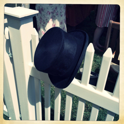 シルクハット「UK, Berkshire, Ascot, Top Hat hanging from fence」:スマホ壁紙(14)