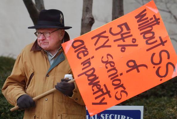 Social Security「Demonstrators Protest Bush's Social Security Privatization Plan」:写真・画像(4)[壁紙.com]