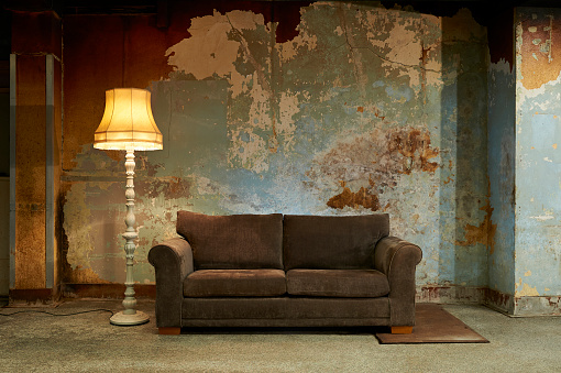 Old-fashioned「Old sofa and vintage floor lamp in decaying room.」:スマホ壁紙(1)