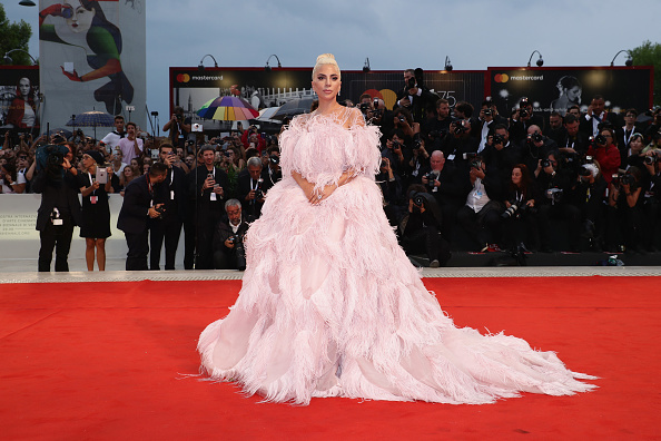 Venice - Italy「A Star Is Born Red Carpet Arrivals - 75th Venice Film Festival」:写真・画像(12)[壁紙.com]