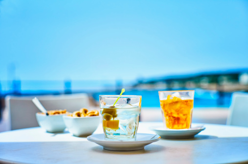 息抜き「Italy, Glass of martini bianco drink at street cafe near beach」:スマホ壁紙(16)
