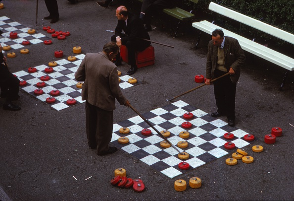 Oversized「Outdoor Game Of Draughts In Union Terrace Gardens In City Centre」:写真・画像(9)[壁紙.com]