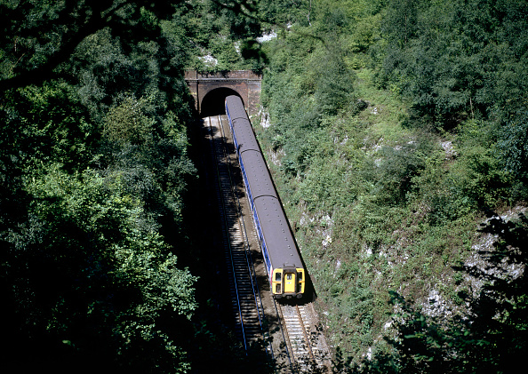 United Archives「Between tunnels at Micheldever on the former London & South Western Main Line from Waterloo to Southampton Bournemouth and Weymouth. A 4 coach EMU is seen heading southwards.」:写真・画像(13)[壁紙.com]