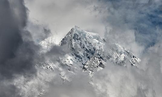 Khumbu「Nepal, Himalaya, Khumbu, mountains in clouds」:スマホ壁紙(5)