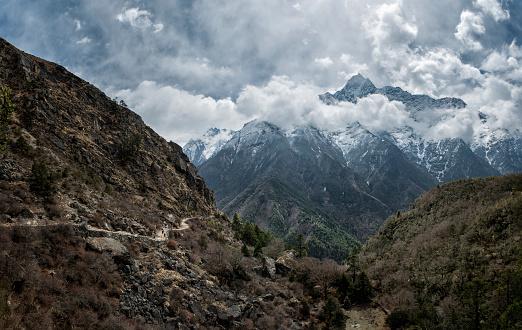 Khumbu「Nepal, Himalaya, Khumbu, hiking trail and mountains in clouds」:スマホ壁紙(8)