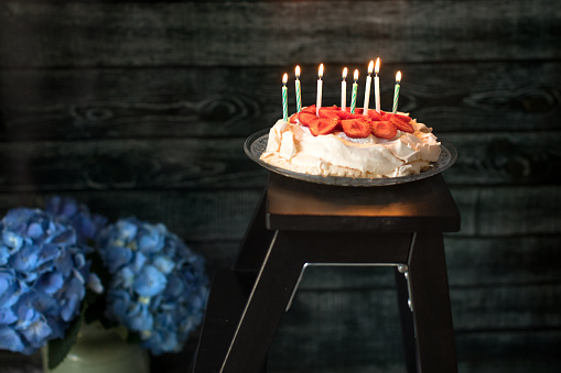 アジサイ「Strawberry pavlova birthday cake with candles」:スマホ壁紙(4)