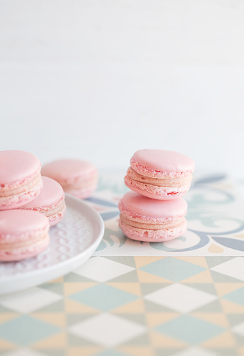 Plate「Strawberry macaroons on a plate」:スマホ壁紙(14)