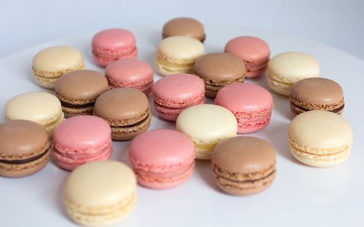 マカロン「strawberry, chocolate and vanilla macaroons on a plate」:スマホ壁紙(10)
