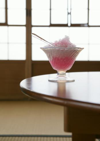 かき氷「Strawberry flavor shaved ice on table」:スマホ壁紙(5)